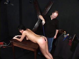 dunkelhaarige Hottie, gebunden und von ihrem Meister verprügelt