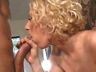 sexy curly haired blonde mit massiven Titten wird anal durch den Kamin