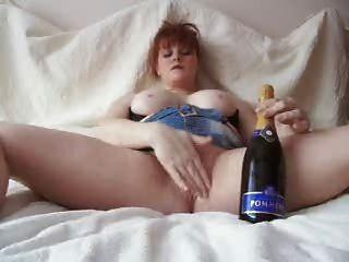 Redhead fucking eine Champagner-Flasche