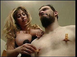 Herrin Cristian herumtollen mit ihren Sklaven Brustwarzen