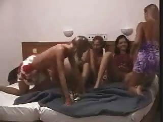 lesbische Party im Bett von Snahbrandy