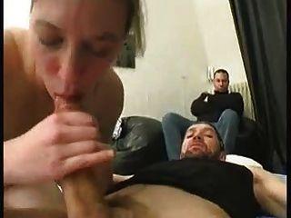 Küken gefickt, während ihr Mann beobachtet hat