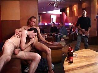 Jungs ficken in der Öffentlichkeit.