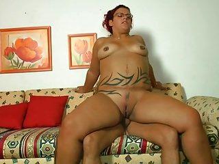tattooed plump Mädchen schlug auf der Couch