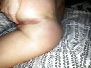 Frau spielt mit ihrer Muschi und Arsch Loch