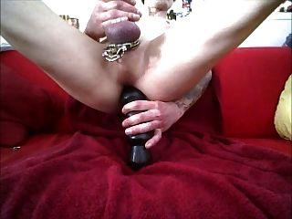 großer Dildo tief anal