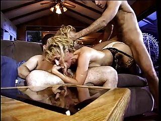 sexy Schlampe beugt sich ihre saftige Pussy über und gefickt mit dicken Schwanz