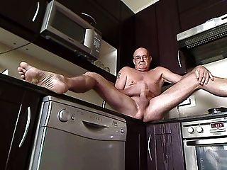 in der küche mit offener tür