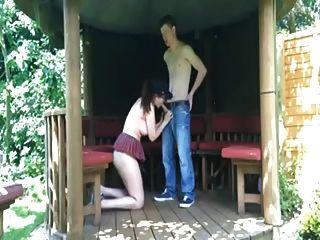 Freches Paar fickt in der Öffentlichkeit