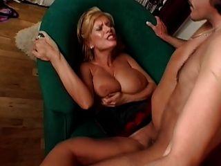 Sexy blonde Reife mit saggy Titten