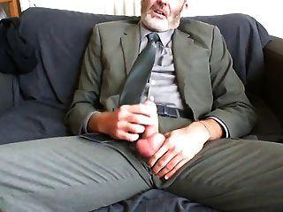 sexy bärtiger Vater nach Arbeitsanzug und Krawatte Relief auf der Couch