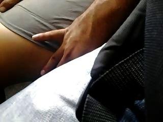 sehr sexy Beine im Bus berühren