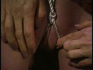 Hot Bondage Babe bekommt ihre Pussy mit Seil verkeilt