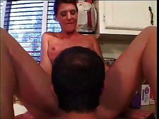 perfekte Körpermilf fickt in der Küche
