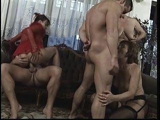 wilde, reife Orgie im Wohnzimmer mit großen Schwanzbolzen