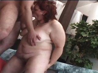 mollige milde reife Frau masturbiert sich