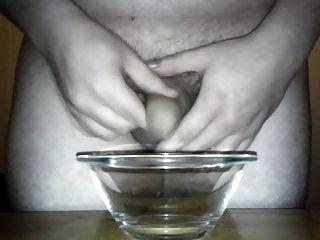 grosse Cumshot (14 Spuren) in eine Glasschale