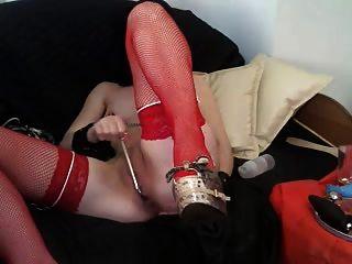 Slavegirl in der Maske und rote Strumpfhose
