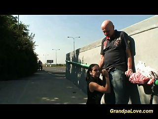 Großvater fickt jugendlich in der Öffentlichkeit
