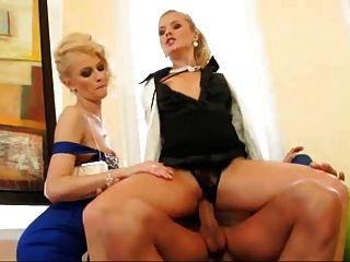 zwei Blondinen, um einen Kerl zu ficken