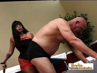 sexy Herrin Eis la Fox dominiert den Krankenhaus Hausmeister