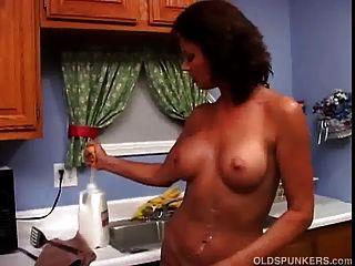 sexy milf vanessa videl liebt es, nass und chaotisch mit Milch zu werden