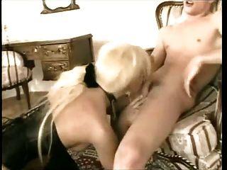 heißer Sex mit blonde tranny in Stiefeln und Korsett