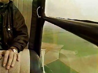 Milf mit großen Titten mit einem Kerl im Hubschrauber