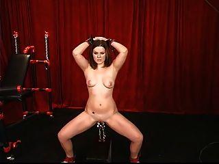 sexy junge Brünette hat ihre Muschi geklemmt und von Meister gewichtet