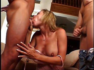 blonde milf bekommt ihre pussy und arsch auf der couch in schlag gefüttert