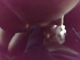 Sexwife saugen 2 Jungs im Auto