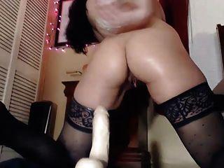 Hot Babe masturbiert ihre enge unrasierte Pussy