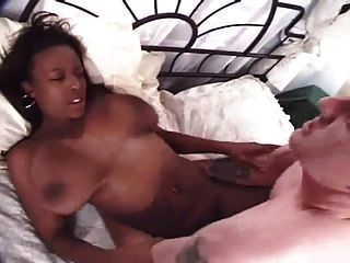 schönes schwarzes Mädchen mit großen Titten