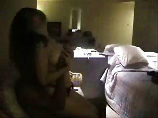 in einem Hotelzimmer mit einem schwarzen Stier