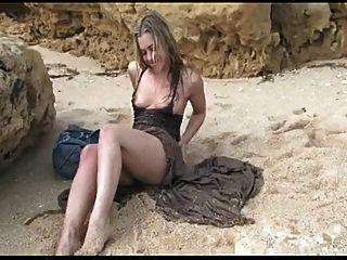geile blonde cums hart im sand