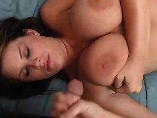 Amateurmädchen mit großen Titten geben einen Handjob