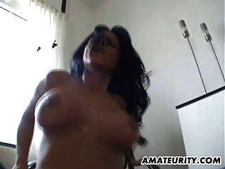 Busty Amateur Freundin auf dem Boden mit Cumshot gefickt