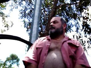 str8 babby bear wackelt im park aus
