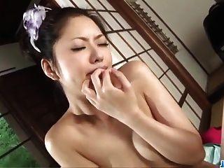 Hana macht Magie mit ihren warmen Lippen bei rauem Porno