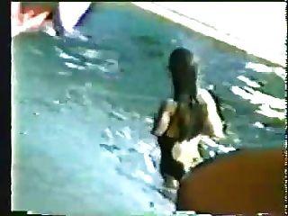 ein amputee schwimmen mädchen mit haarigen achselhöhlen