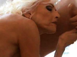 heiße blonde Oma liebt jüngere mans