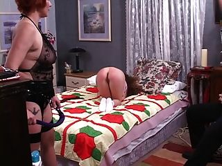 niedliche lesbische dominatrix spanks die hölle aus einem niedlichen jüngeren mädchen