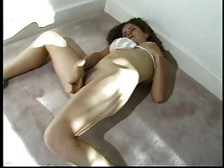 curly haired beauty Slides ein Spielzeug in ihrem engen Kasten