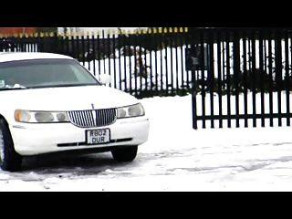 britische Schlampe Syren Sexton wird in der Limo gefickt