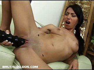 petite babe veronica füllt ihre pussy mit einem riesigen dildo