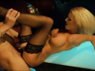 britische Blondine wird in der Bar in Strümpfen gefickt
