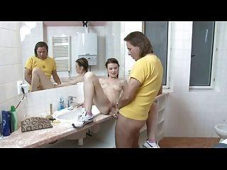 Junge deutsche Brünette wird im Badezimmer gefickt