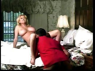 Hot Busty Coed Straddles hing Bolzen und reitet seinen Schwanz auf dem Bett