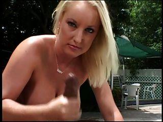 Blue Eyed Blonde gibt schwarzen Hengst ein Handjob im Freien am Pool