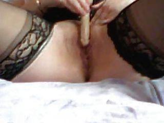 Frau spielt mit kleinen Dildo
